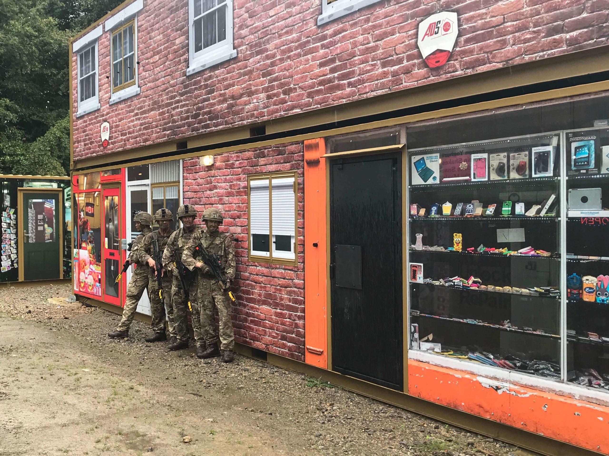 Soldater förbereder en inbrytning på en gata i ett bostadskvarter.