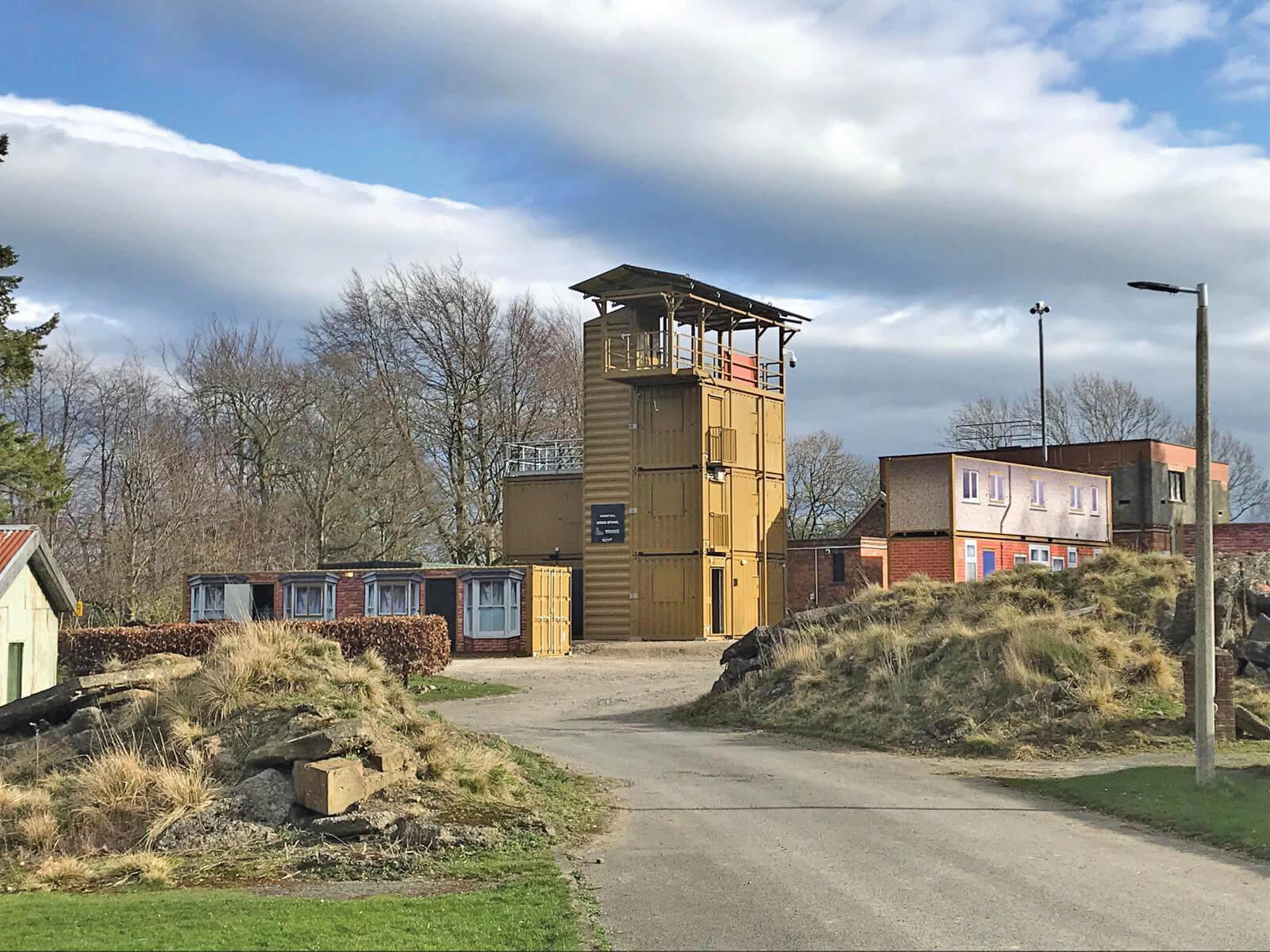 Träningsanläggning för strib i bebyggelse. På bilden syns också ett torn för repträning, firning och helikoptertjänst.